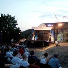 Elkezdődött a szabadtéri színházi évad / PRAE.HU - a művészeti portál