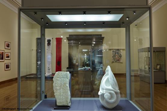 Bal: egyiptomi sírkő felirat, 9-10. század/ Jobb: Arab betűk, Halima Cassell márványszobra